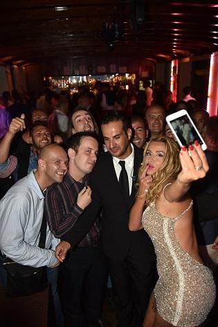 eventi-in-versilia-valeria-marini-selfie-col-pubblico
