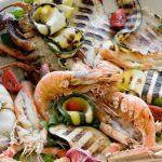 grigliata sulla spiaggia di pesce