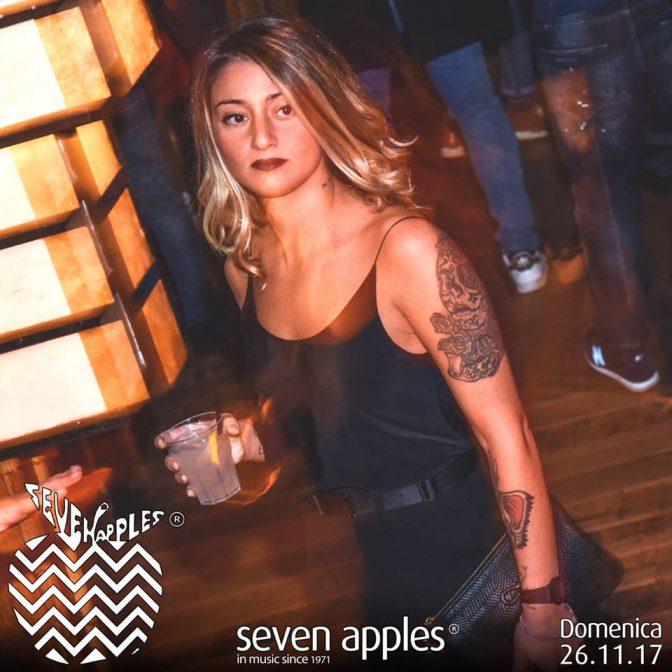 ragazza beve un cocktail alla discoteca seven
