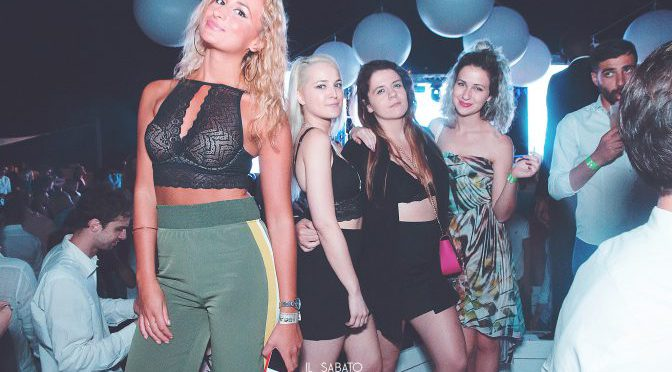 ragazze in versilia foto beach club